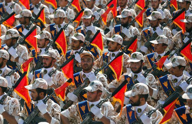 Iranin Revolutionary Guards tulee shiiamilitiaryhmiä Irakissa. Kuva niin sanottujen uskonsotilaiden paraatista Iranissa syyskuussa 2014.