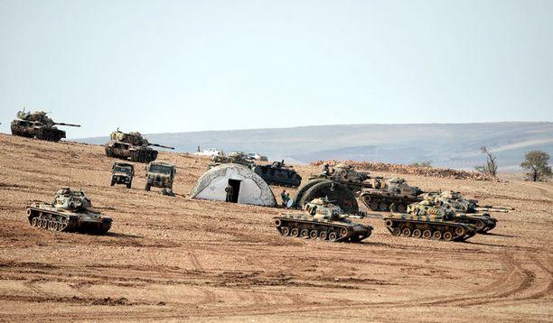 Turkki suoritti yöllä mittavan sotilasoperaation, johon osallistui kymmeniä tankkeja. Arkistokuva Turkin ja Syyrian rajalta.