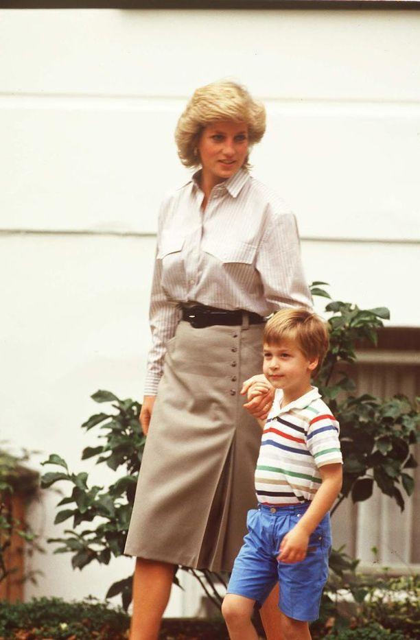 Prinsessa Diana omistautui äitiydelle. Vaikka Diana kasvatti Williamista tulevaa hallitsijaa, hän halusi varmistaa, ettei pojalta koskaan puutu pusuja tai haleja.
