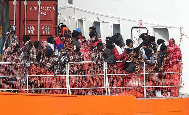 Välimereltä pelastettuja siirtolaisia saapui Sisilian Cataniaan maaliskuun lopussa.