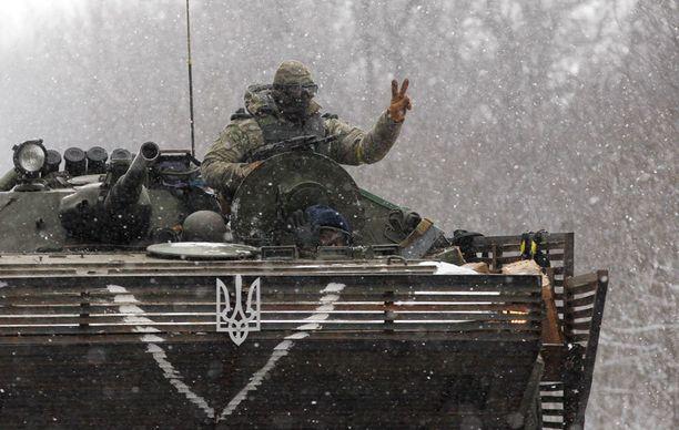 Ukrainalaissotilas näytti kuvaajille rauhanmerkkiä.