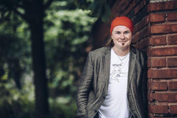 Ennen nykyistä virkaansa Mikko Salmi on työskennellyt pappina ja toimittajana sekä ollut mukana politiikassa.