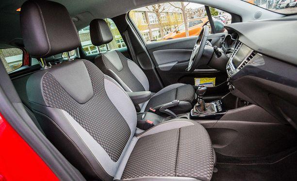 Lisähintaan autoon saa ergonomiset istuimet monipuolisilla säätövaroilla.