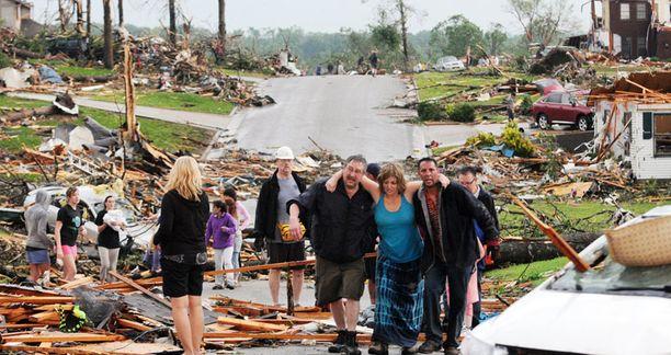 Sinipaitainen nainen selvisi tornadon pyörteistä piiloutumalla talonsa kellariin.