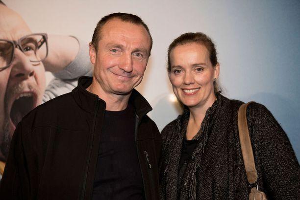 Jere Lehtinen edusti kutsuvierasensi-illassa Jaana-vaimonsa kanssa.