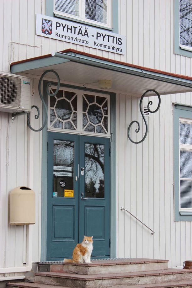 Pörri tulee töihin yleensä pääovesta, mutta se osaa hankkiutua sisään myös avoimesta ikkunasta.