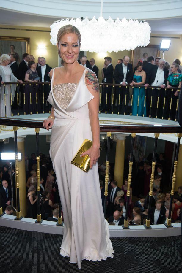 Laulaja Mariskan satiinipuku ihastutti hillityllä tyylikkyydellään. Myös tämä puku oli Mert Otsamon luomus.