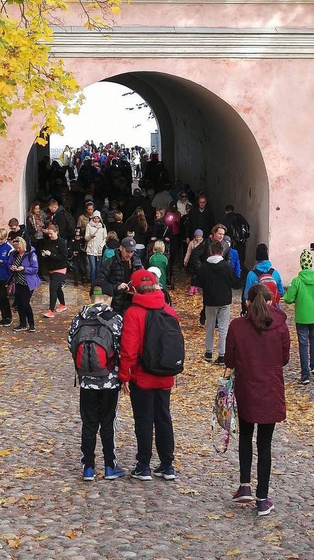 Tarkat vierailijamäärät selviävät vasta alkuviikosta, mutta sunnuntaina HSL totesi, että ihmisiä on ollut liikenteessä tuhansia.