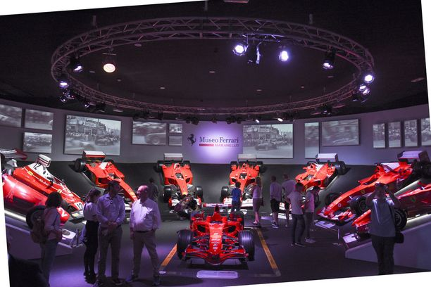 Huone täynnä Scuderia Ferrarin F1-maailmanmestaruusautoja, joista viimeisin on Kimi Räikkösen vuonna 2007 saavuttama mestaruus.