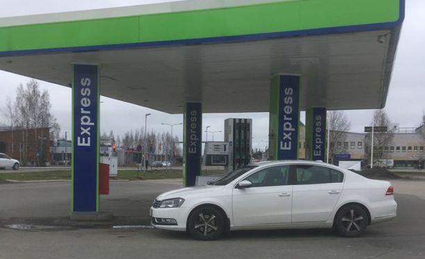 Valkoista Passatiaan tankannut Osmo Linna joutui ikävään tilanteeseen tankkausautomaatilla.