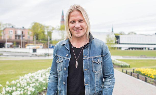 Juontaja Sami Kuronen ei pukisi omaa lastaan viinamerkin mainospaitaan.