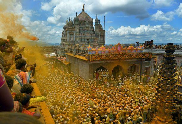Kilpailun voitto meni tänä vuonna Intiaan. Värikäs voittokuva on otettu Khandoban temppelissä Punen kaupungissa. Bhandara-festivaalin aikaan osallistujat heittävät ilmaan kurkumaa, joka värjää niin ilman kuin osallistujat keltaiseksi.