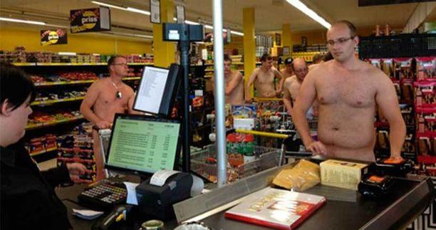 Ostosväki oli enimmäkseen nuoria miehiä.