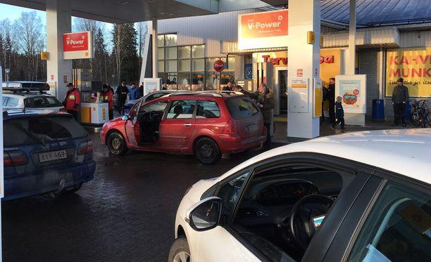 Kansa villiintyi polttoainetarjouksista vielä ilmaisten näytteiden jälkeenkin.