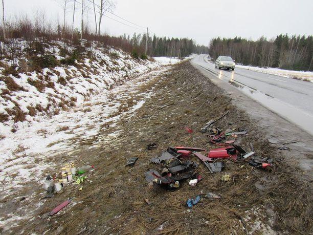 Kaksi 17-vuotiasta nuorta kuoli lauantai-iltaisessa kolarissa, jossa yhteen törmäsivät nuorten mopoauto ja 35-vuotiaan miehen kuljettama tila-auto.