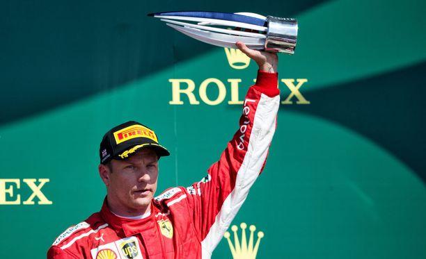 Kimi Räikkönen pääsi nostelemaan Ison-Britannian GP:n jälkeen kolmospalkintoa.