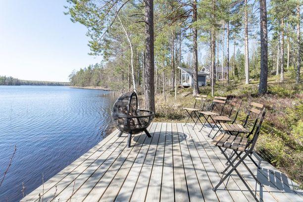 Kaunis maisema kruunaa yksinkertaisen nuotiopaikan. Huomaa kätevä siirrettävä grilli!