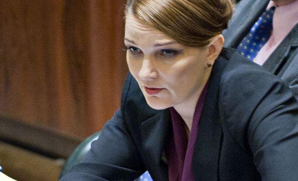 Mari Kiviniemi ihastutti eduskunnassa uusissa ripsissään.