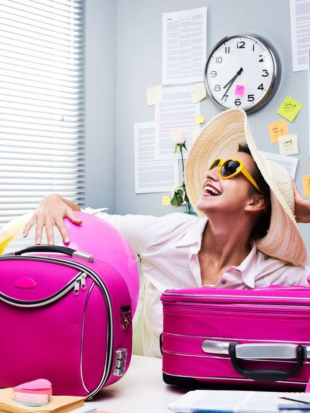 Töihin tömpsis! Joku voi olla niin kova lomaihminen, että palaa töihin suoraan matkalta ehtimättä edes käydä kotona.