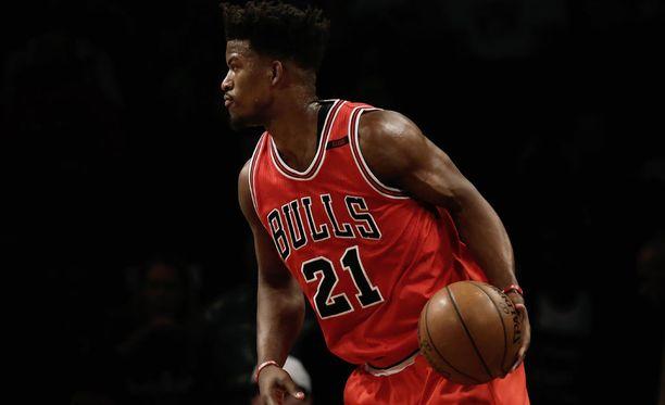 Jimmy Butler vaihtaa punaisen Bulls-nutun Timberwolvesin peliasuun.