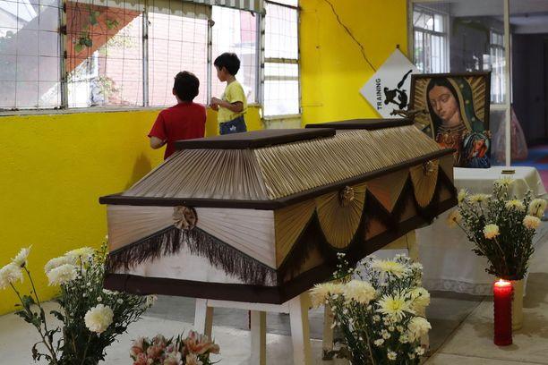 Meksikossa haudattiin maanjäristyksessä kuolleita.