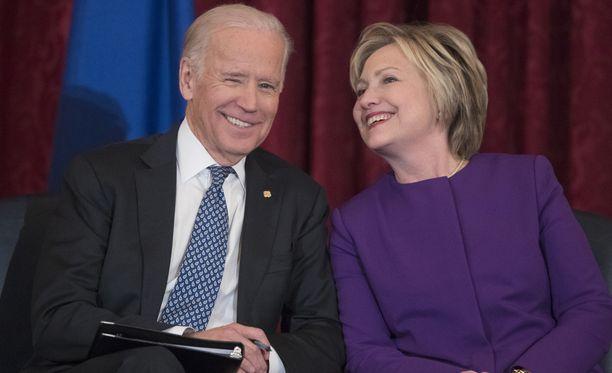 Demokraattijohdon salaisissa keskusteluissa varapresidentti Joe Biden (vas.) olisi korvannut Hillary Clintonin puolueen ehdokkaana.