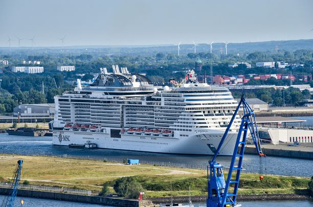 MSC Meraviglia Hampurin satamassa.