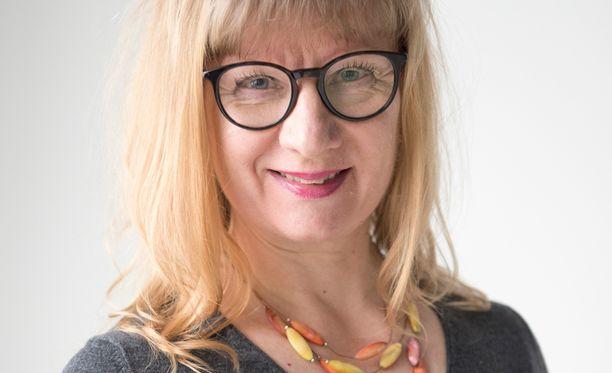 Heljä Salonen toteaa, että terveystoimittajan työ on myös palvelemista: - Meidän kuuluu esittää ne kaikkein yksinkertaisimmat kysymykset, toimia tulkkeina, hän sanoo.