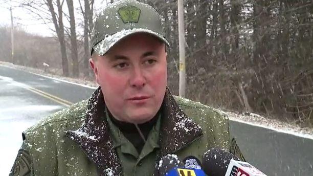 Riistanvartija Chris Krebs neuvoo ihmisiä poistamaan kaikki ravinnon lähteet kuten elintarvikejätteet ja linnunruoat kotitalojen läheisyydestä, jotta karhut pysyisivät loitolla.