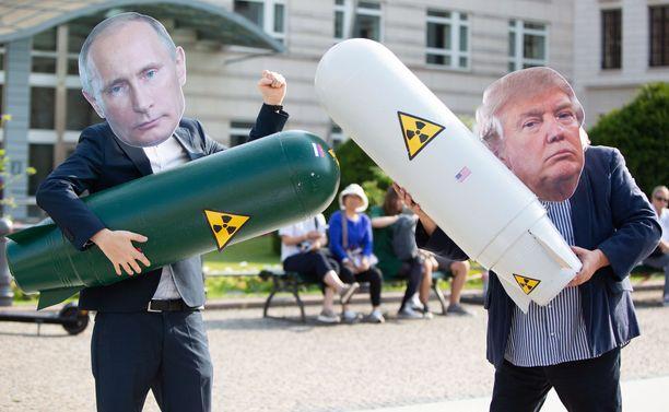 Berliinissa osoitettiin mieltä Yhdysvaltain suurlähetystön edessä INF-sopimuksen päättymisen takia.