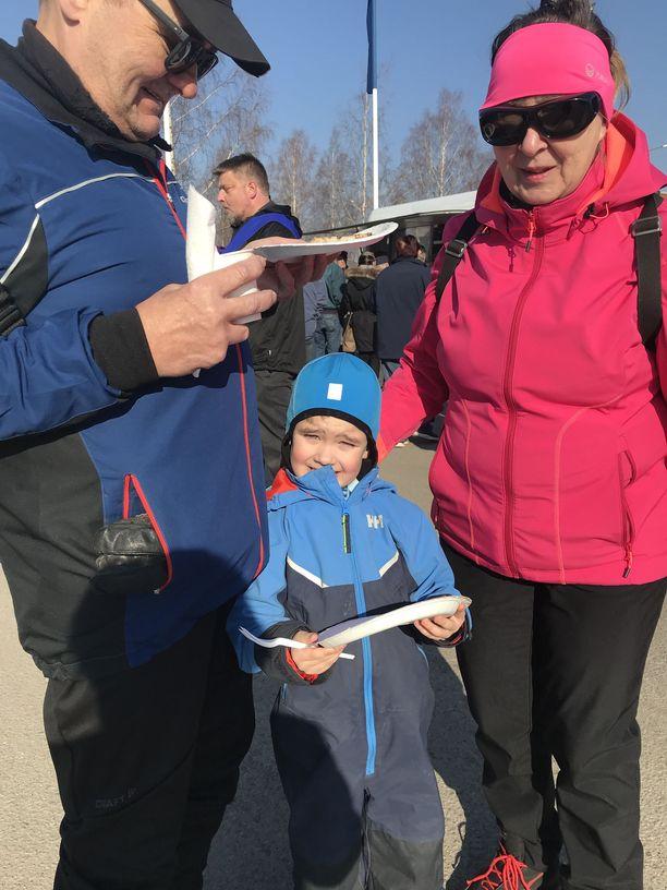 Pirjo ja Veli-Pekka Tuomisto tulivat tapaamaan Huhtasaarta pojan poikansa Väinön kanssa.