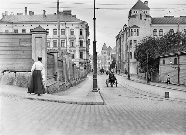 Ennen kello viiden ruuhkaa Vilhonkadulla. Kuva vuodelta 1908.