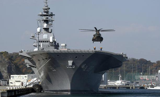 Japanin laivaston suurin laiva helikoptereiden tukialus Izumo suojaa nyt Korean niemimaalle matkaavaa amerikkalaista huoltoalusta.