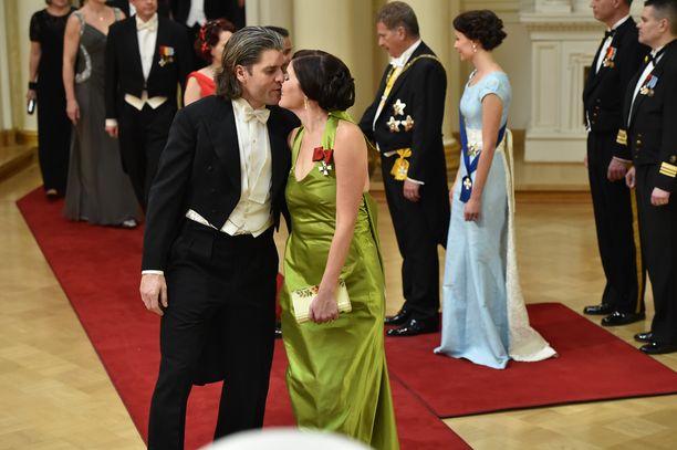 Pariskunnan suutelu ihmetytti kotikatsojia.