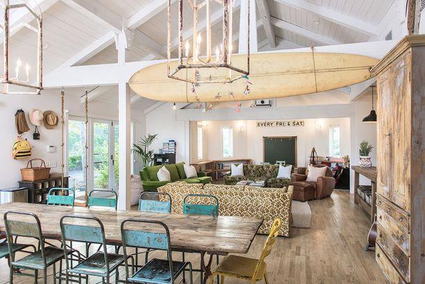 Tämän talon sisustuksessa on yhdistelty erilaisia huonekaluja, joista esimerkiksi metallituolit ja surffilauta ovat kirpputorilta Ranskasta.