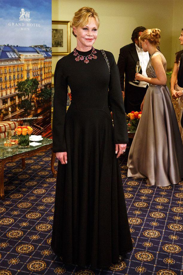 Melanie Griffith pukeutui ensi-iltaan tyylikkään yksinkertaisesti.