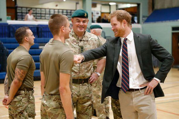 Prinssi Harry edusti rennosti tilaisuudessa.