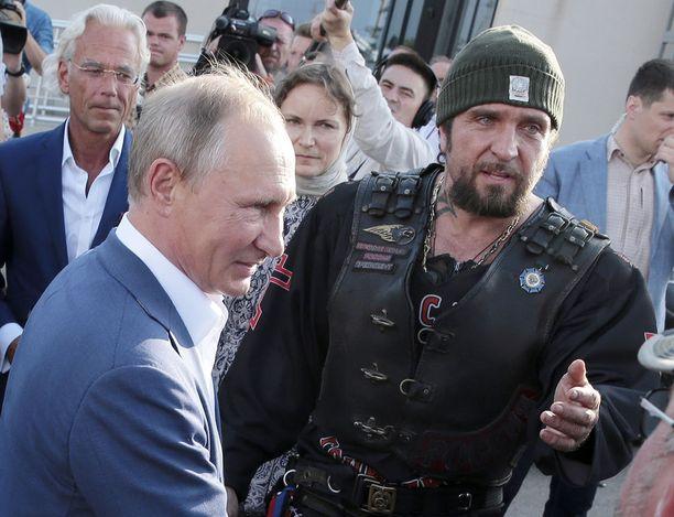"""Venäjän presidentti Vladimir Putin on nähty usein julkisuudessa yhdessä moottoripyöräjengi Yön Susien johtaja """"Kirurgin"""" kanssa. Kuva Krimiltä elokuussa 2017."""