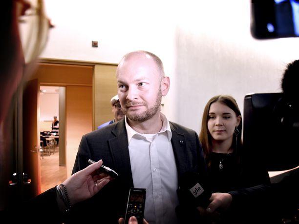 Vähäsanainen Sampo Terho kommentoi maanantaina lyhyesti ilman kansanedustajapaikkoja jääneen sinisten tulevaisuutta. Vieressä varapuheenjohtaja Tiina Ahva ja taustalla puoluesihteeri Matti Torvinen.