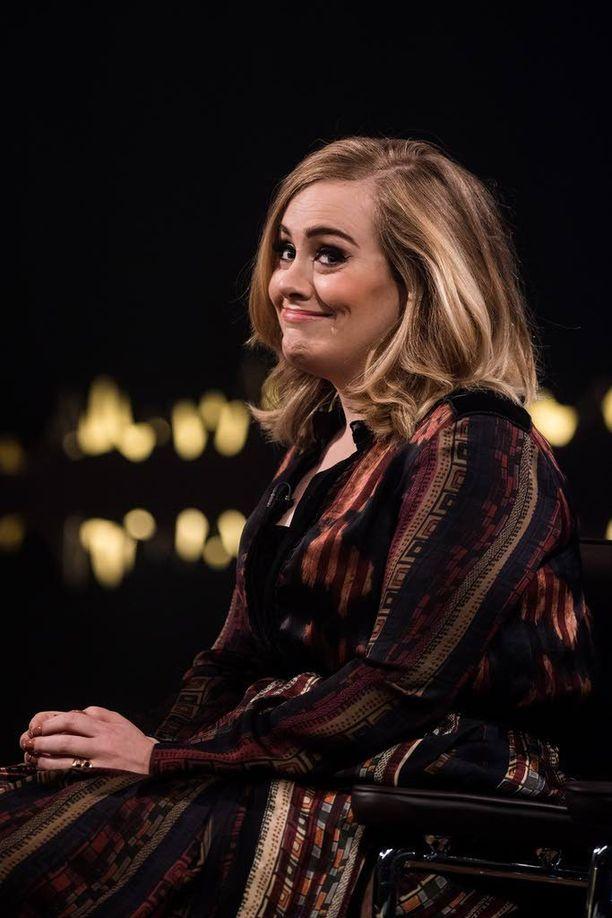 Adele on saanut kuningatar Elisabetilta Brittiläisen imperiumin ritarikunnan MBE-kunniamerkin. Saman kunnianosoituksen ovat vastaanottaneet esimerkiksi The Beatles -yhtyeen jäsenet.