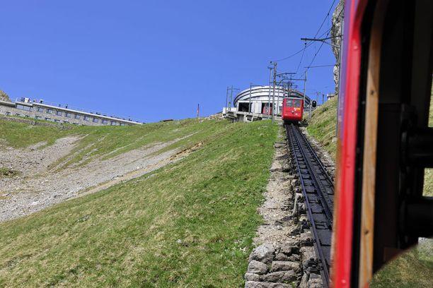 Jyrkän radan pääteasema on ylhäällä vuorella. Sieltä löytyy myös hotelli ja ravintola.