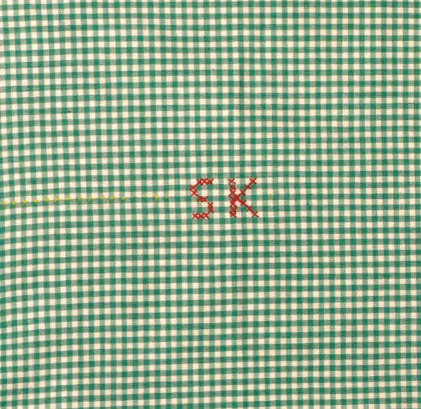 Koulussa opeteltiin 1950-luvulla ompelemaan käsin, vaikka ompelukone oli jo keksitty. Kuvassa 1950-luvulla tehty tyynyliina ja kaikille tuttu ristipisto.