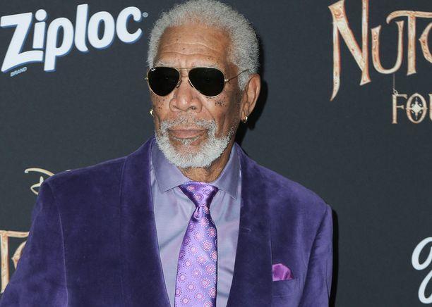Oscar-voittaja Morgan Freeman oli E'Dena Hinesin isoisä avioliiton kautta. E'Dena oli Freemanin ensimmäisen vaimon lapsenlapsi. E'dena kasvoi Freemanin perheessä.