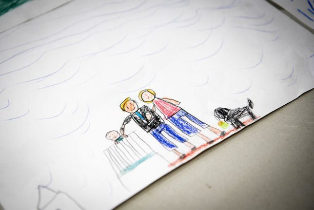 Presidentti Niinistön isyys näkyi vahvasti Katajanokan ekaluokkalaisten piirtämissä kuvissa.