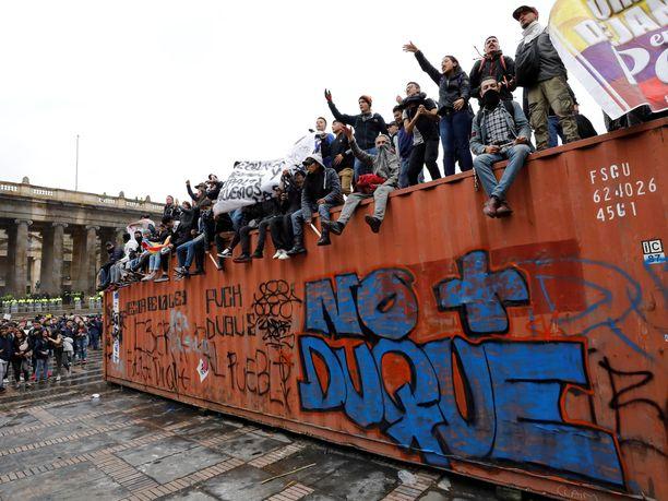 Mielenosoittajat kadulla Bogotassa 22.marraskuuta.