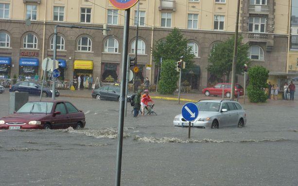 Hietalahden torin tienoolle satoi nopeasti näin reilu kerros vettä.