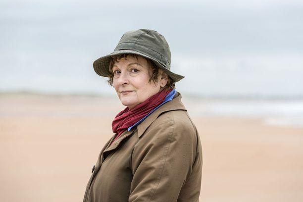 Brenda Blethyn näyttelee riemastuttavasti omalaatuista Vera Stanhopea.