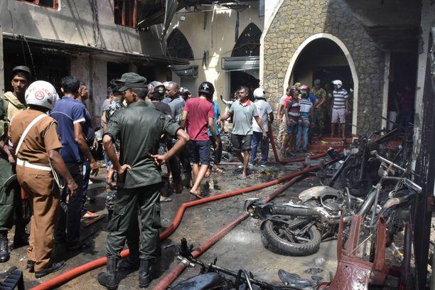 Paikalliset ja poliisi ovat kerääntyneet Seconin kirkolle Colombossa.
