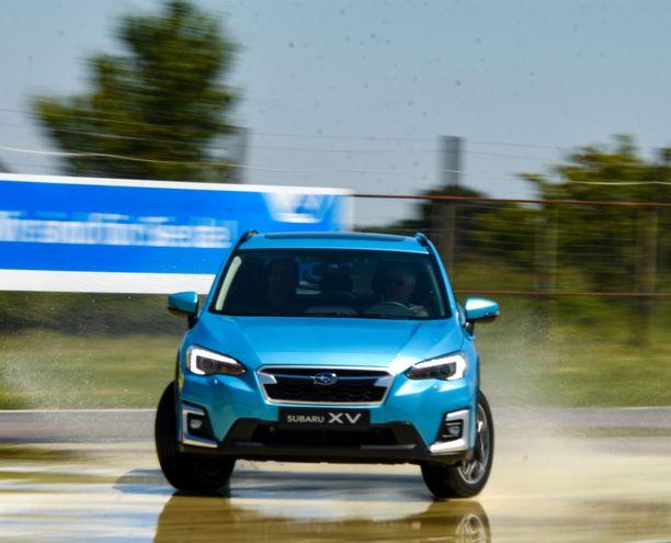 Subaru XV e-Boxer suoriutui vauhdikkaasti liukkaan kelin radan haasteista, mutta ilman älykästä nelivetoa ja ajonvakautusjärjestelmää auto olisi takuulla lähtenyt monen toimittajan ¬lapasista.