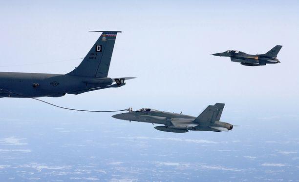 Suomen Hornetit harjoittelevat Nato-harjoituksessa taisteluiden lisäksi ilmatankkausta.